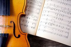 在活页乐谱的葡萄酒中提琴 库存照片