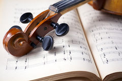在活页乐谱的葡萄酒中提琴 库存图片