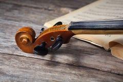 在活页乐谱的葡萄酒中提琴 免版税库存照片