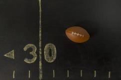 在黑领域的橄榄球在30附近调车场界线 免版税库存照片