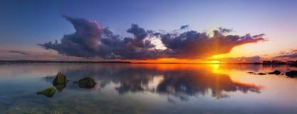 在暴风云下的日落在多西特海岸 库存图片