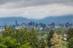 在暴风云下的温哥华从小山 免版税库存照片