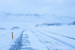 在暴风雪期间的一条路 库存图片