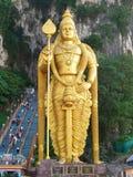 在黑风洞的金黄shiva雕象 免版税库存照片