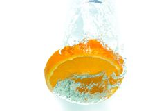 在水飞溅的桔子 图库摄影