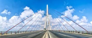 在绳索飞溅的芹苴市桥梁在美丽的天空 免版税图库摄影