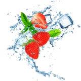 在水飞溅的草莓 免版税库存照片