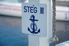在费马恩-德国小游艇船坞的船锚盾 库存照片