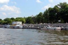 在以高尔基命名的中央休闲公园的码头的游船在莫斯科 免版税库存图片