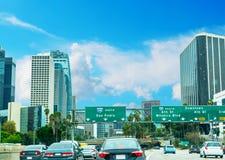 在110高速公路的交通在洛杉矶 图库摄影