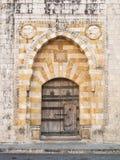在贝鲁特黎巴嫩附近的老教会门 免版税库存图片