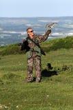 在以鹰狩猎者手上的猎鹰 库存图片