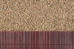 在黑麦五谷的美丽的竹席子作为农业背景 免版税库存照片
