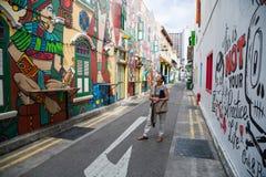 在赴麦加朝圣过的伊斯兰教徒车道的街道画在新加坡 库存照片