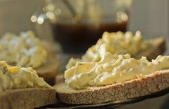 在黑麦面包的三明治用乳酪和大蒜开胃菜 免版税库存图片