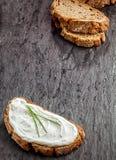 在黑麦面包的美味乳脂干酪 免版税库存图片