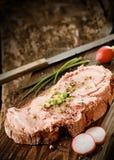 在黑麦面包的美味熏制的teewurst 库存图片