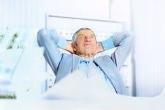 在年龄的生意人,休息 免版税库存图片