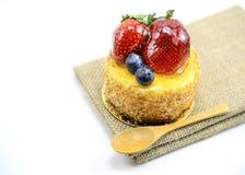 在黄麻,在ju的莓果甜点心的被隔绝的莓果乳酪蛋糕 免版税图库摄影