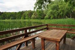 在水,放松的一个地方,桌上的木地板 库存图片