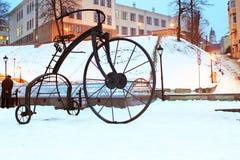 在2009年,日间铁匠中,一辆伪造的自行车在土耳其正方形被安装了在切尔诺夫策 库存照片