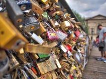 """在巴黎,法国爱在""""Pont des Arts†桥梁的锁 免版税图库摄影"""