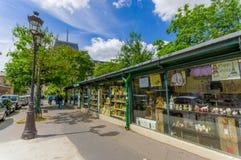 在巴黎,法国街道的纪念品店  免版税图库摄影