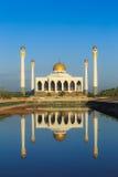 在水,泰国的清真寺反射 库存照片