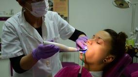 2在1,牙医胶合括号的和在的耐心投入的餐巾嘴在牙齿办公室 股票录像