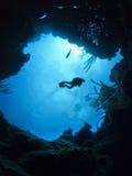 在洞水下潜水员的水肺之上 免版税库存照片