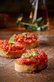 五颜六色的红色蕃茄bruschetta 免版税图库摄影