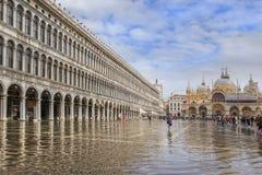 在洪水(acqua亚尔他)期间的圣马可广场 库存图片