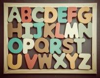 在黑board2的五颜六色的木字母表 免版税库存照片