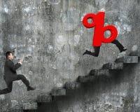 在3D与人的腿的红色百分率符号以后供以人员赛跑 免版税库存照片