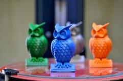 在3d打印机创造的猫头鹰模型在桌面上站立 免版税库存图片