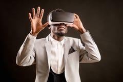 在3D玻璃的蓬松卷发商人个人计算机的探索虚拟现实的 免版税库存图片