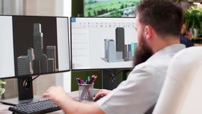 在3D设计事务所有胡子的建筑师在新的修造的原型工作 影视素材