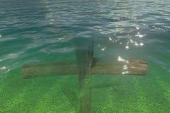 在水之下的木十字架 库存图片