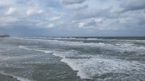 在水Daytona海滩佛罗里达的波浪 免版税库存图片