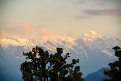 在从Deoria Tal湖的日出期间Chaukhamba锐化 图库摄影