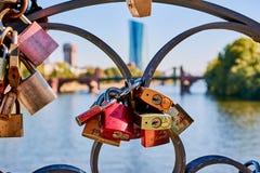 在` Eiserner Steg `桥梁的Lovelocks有后边ECB大厦的 库存照片