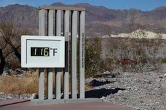 在116 F的死亡谷温度计 免版税图库摄影