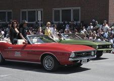 在1971年Ford Mustang的摇滚明星深砍在Indy 500节日游行期间 图库摄影