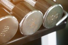 在10 kg一的生锈的钢dumbells特写镜头 库存图片