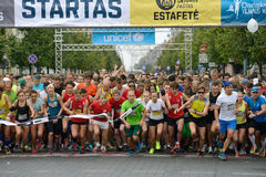 在10 km和5 km轨道的开始的赛跑者 库存照片