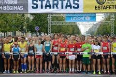在10 km和5 km轨道的开始的赛跑者 免版税库存图片