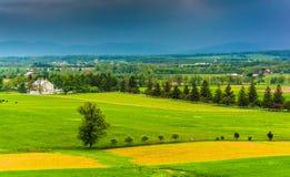 在从Longstr和遥远的山的暴风云看见的领域 库存图片