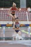 在3000m跳栏板的妇女竞争者 免版税库存照片