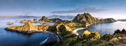 在` Padar海岛`顶部的全景温暖的看法在从科莫多岛海岛,科莫多国家公园,纳闽Bajo,弗洛尔的日出上午 免版税库存照片