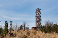 在` Pekelny kopec `地狱小山的监视塔在镇Trebic附近 免版税库存照片